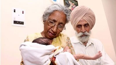 70s bir çocuğa sahip Hint çift